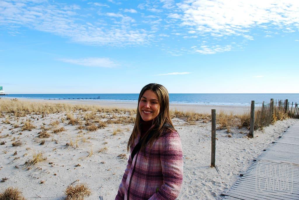 Se você estiver fazendo uma roadtrip pelo Leste Americano vale passar no litoral para conhecer a praia. Nesta foto estamos passeando por Atlantic City, num calçadão na beira do mar.