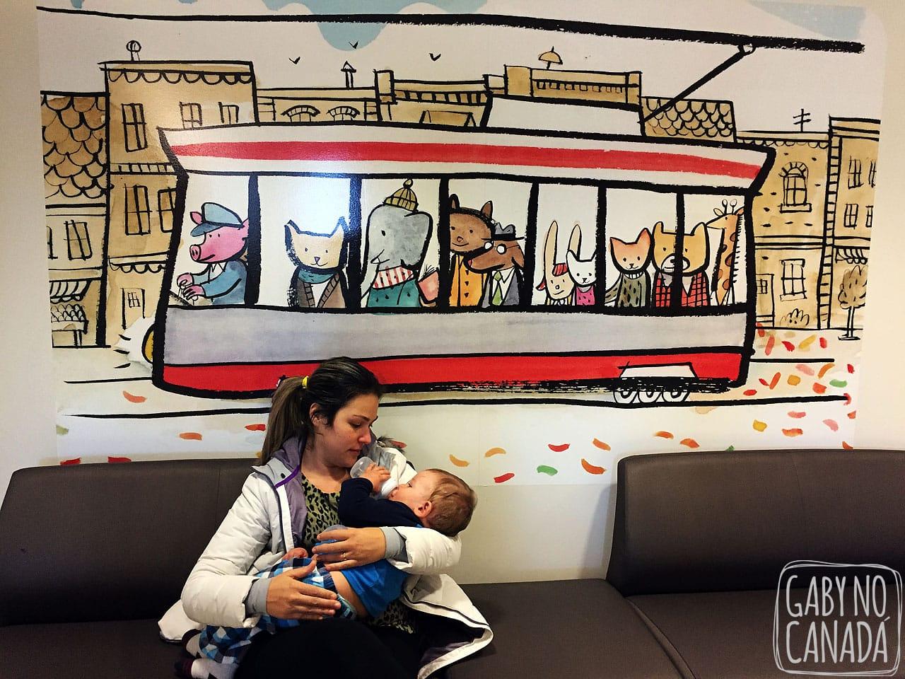 Thomas e sua amada mamadeira no colo da mamãe enquanto esperamos para sermos atendidos em uma clínica.