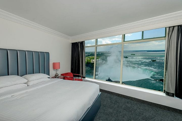 fallsview-tower-hotel-1-queen-bed-deluxe-fallsview